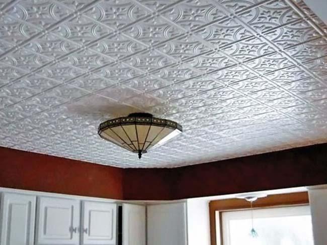 качественно поклеенная потолочная плитка