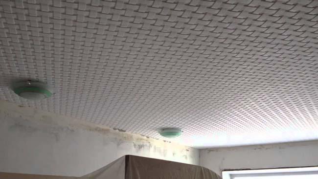 потолочная плитка поклеена на правильный клей