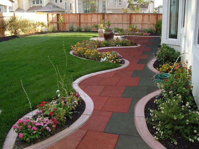 садовый дворик устелен плиткой из резиновой крошки