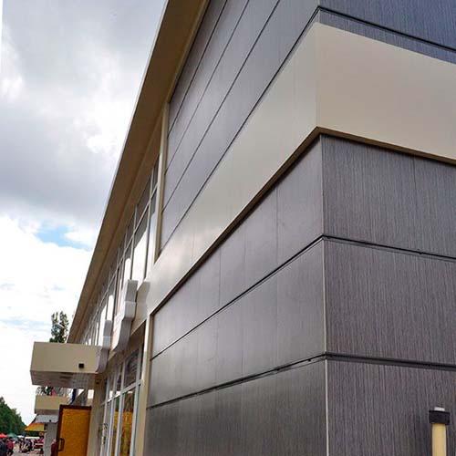 на фасаде здания керамогранитная плитка