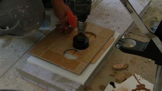 как вырезать отверстия в плитке
