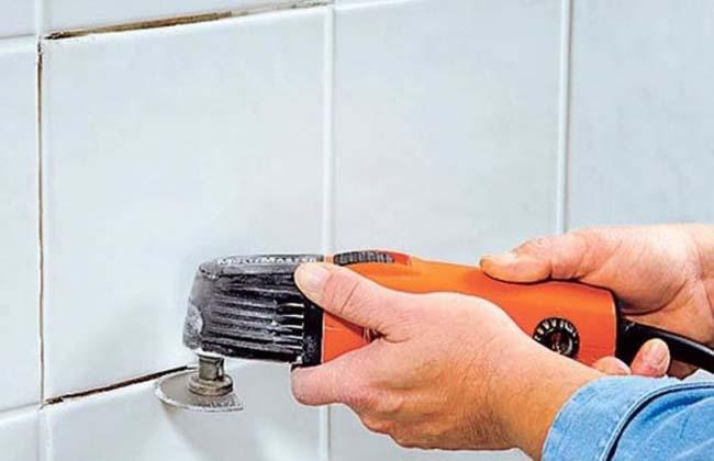 демонтаж плитки с помощью реноватора