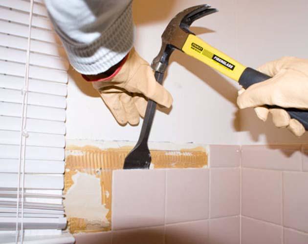 зубилом и молотком можно сбить плитку состены