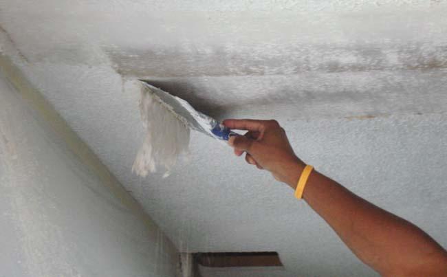 удаление стаой штукатурки с поверхности потолка