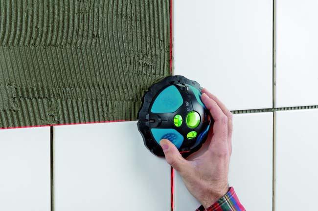 лазерный уровень дает точную разметку стены