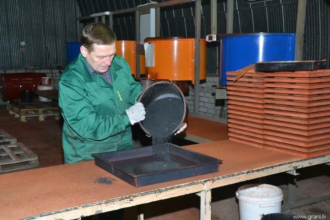 засыпка крошки в готовую форму для запекания плитки