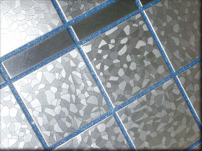 голубая фуга сочетается с серебряной плиткой