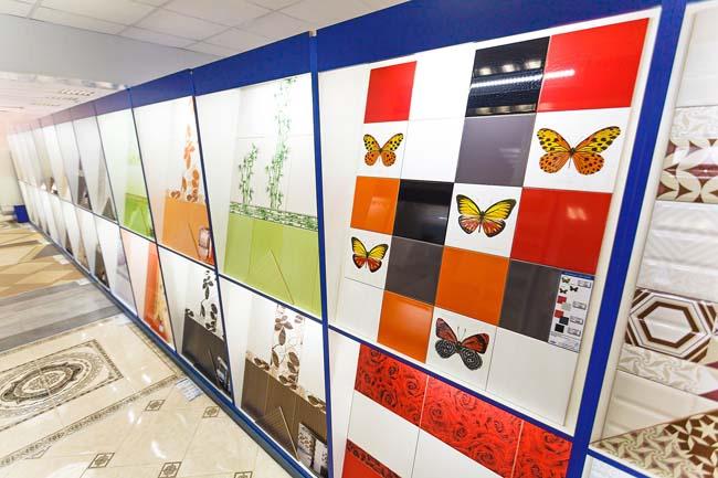 различные примеры керамики на витрине магазина