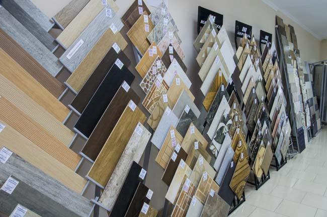 широкий ассортимент по выбору плиток на стенде магазина