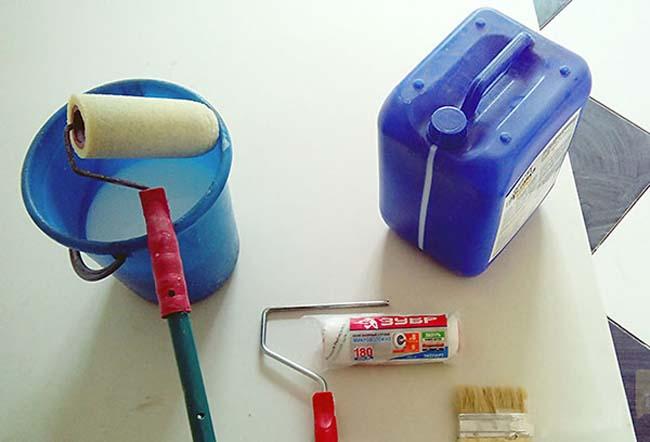 инструменты для нанесения грунтовки на стену