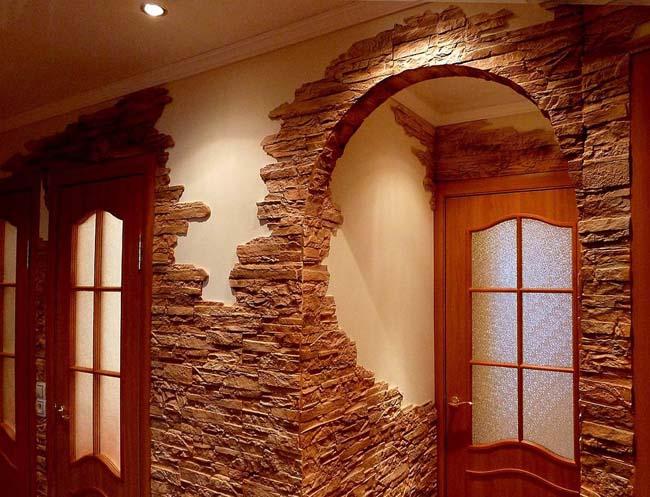 искусственный камень на стене в прихожей