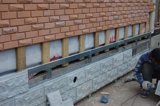 процесс облицовки цоколя здания фасадной плиткой