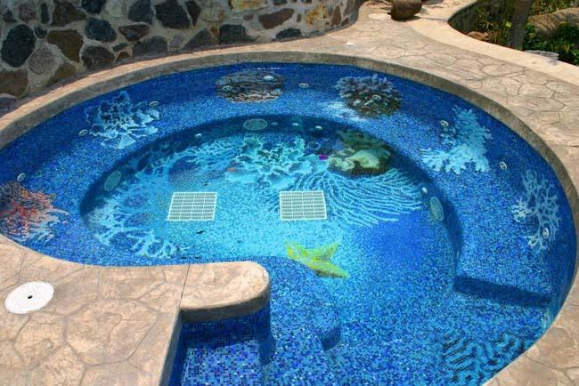 бассейн оформлен мозаичной плиткой