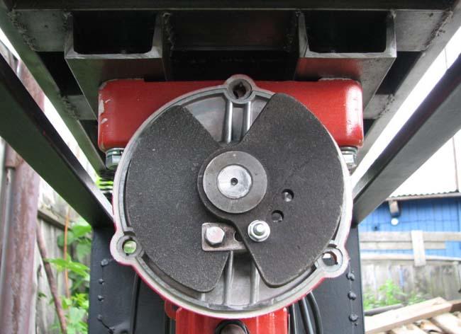 подвижная часть вибростола, крепление вибродвигателя