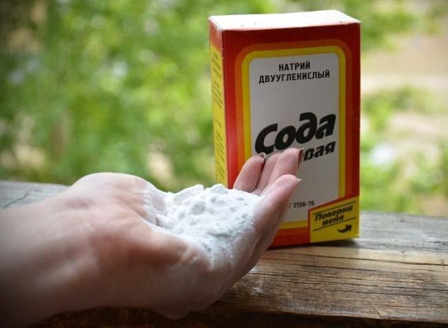пищевая сода поможет отмыть швы