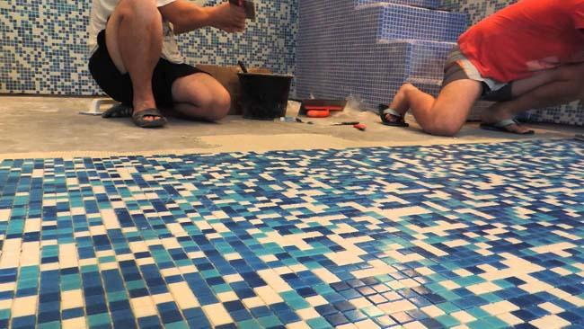 укладка мозаики на дно бассейна