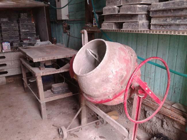 замешивание раствора в бетономешалке