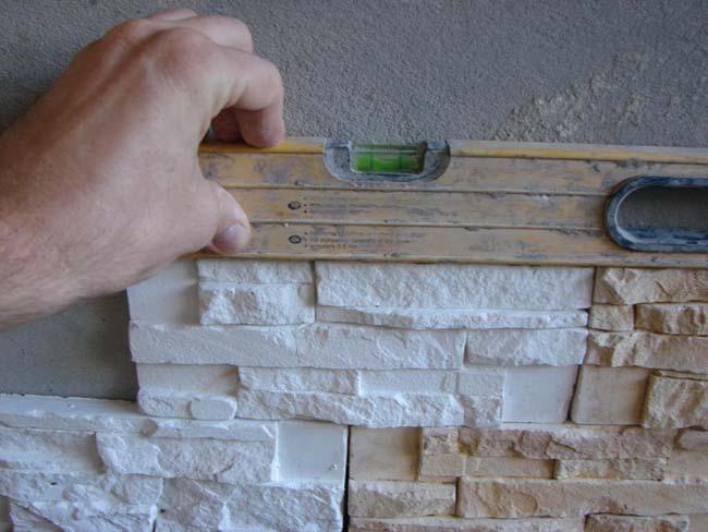 приклеиваем искусственный камень по уровню