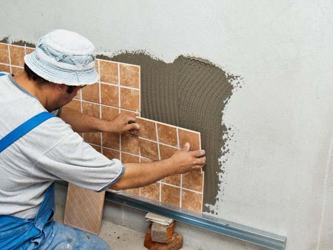 на ровную стену плитка клеится легко