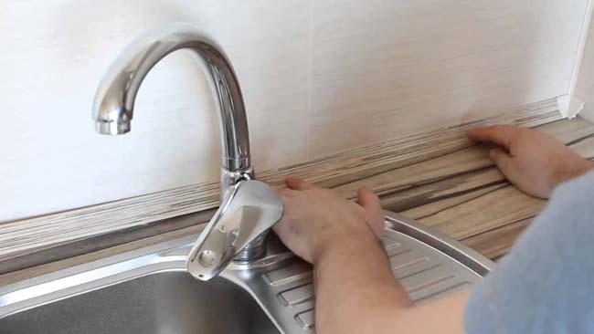установка плинтуса на кухне