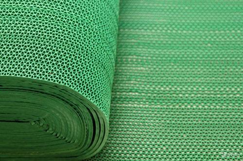рулон из ПВХ так же можно использовать в качестве дорожки