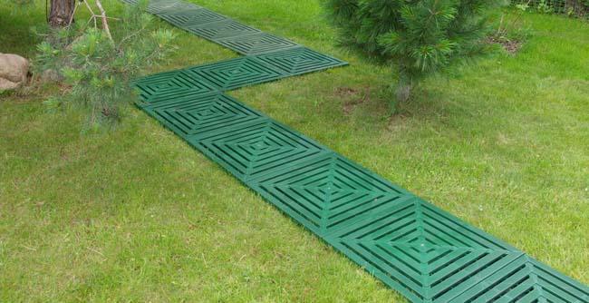 пластиковая дорожка в саду