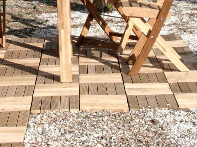 деревянная плитка в виде паркета на садовом участке