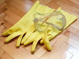 перчатки и очки обезопасят вас от повреждения кожи и глаз