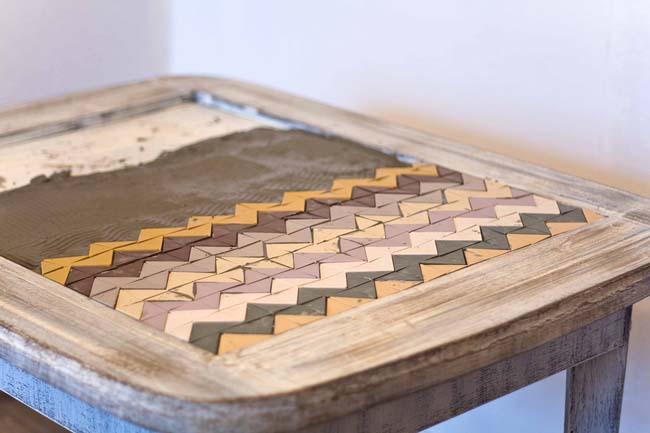 красивый самодельный стол из остатков плитки