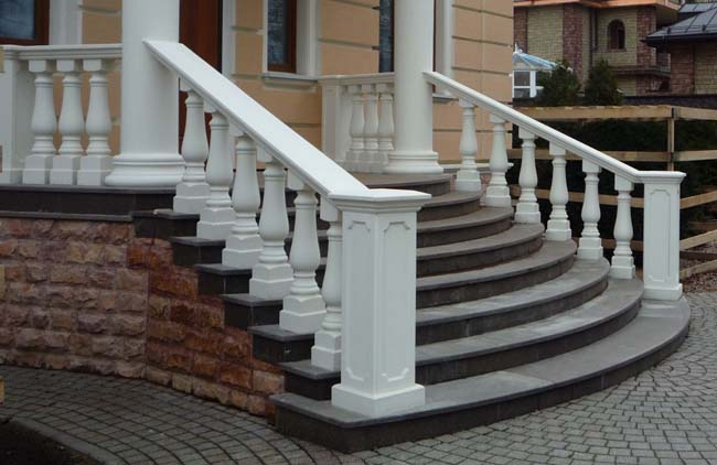 парадная лестница облицована натуральным камнем