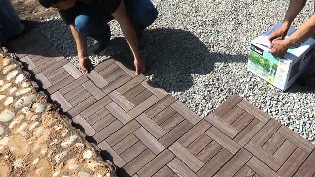на гравий укладывается деревянная плитка