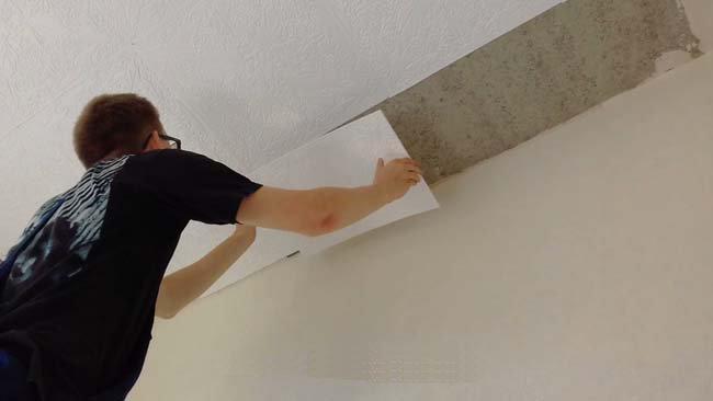 процесс приклеивания плитки к потолку