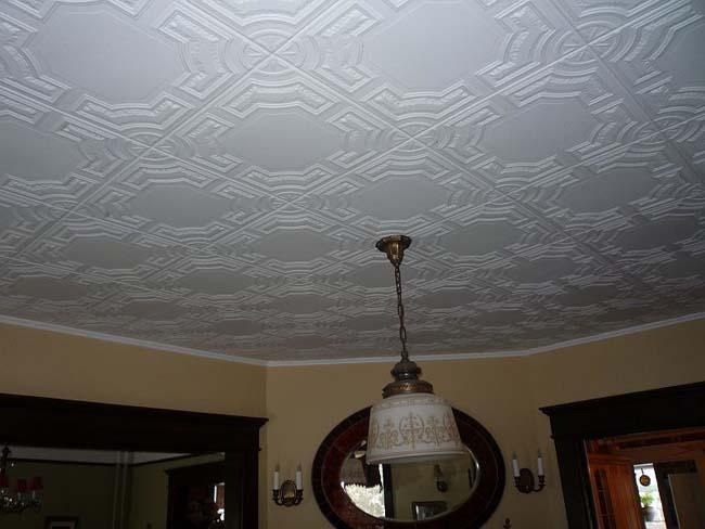 потолок оклеен потолочной плиткой